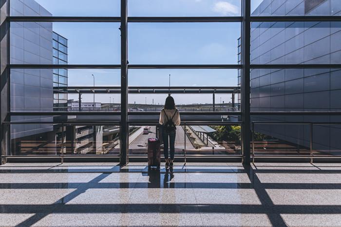 摄图网-机场拉着行李箱的女生背影.jpg