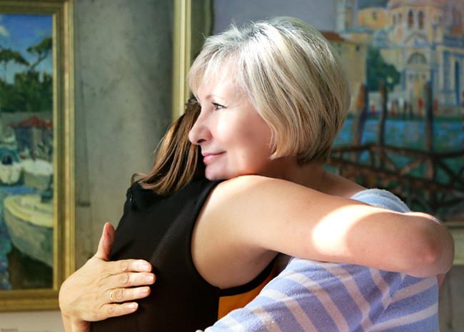 摄图网-拥抱的母女.jpg