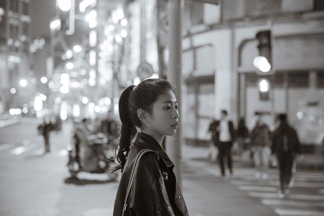 摄图网-清新文艺女孩夜晚黑白人像.jpg
