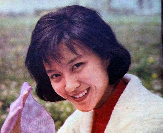 1985年,因在影片《日出》中饰陈白露一角,提名第6届中国电影金鸡奖