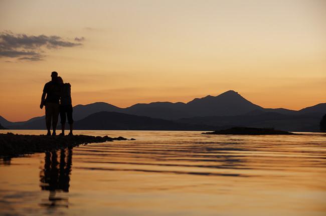 摄图网-依偎在湖边爱人.jpg